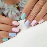 Светлый дизайн коротких ногтей