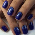 Синий маникюр с блестками
