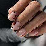 Нежный нюд на короткие ногти